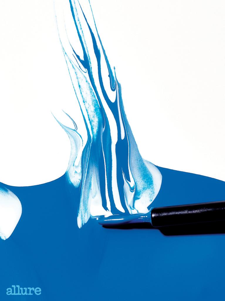 어반디케이의 레이저 샤프 리퀴드 아이라이너 카오스. 청량한 파란색으로 눈가에 시원한 포인트를 더한다.