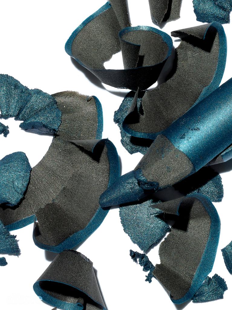 메이크업 포에버의 아쿠아 XL 1-24호. 블루 메이크업이 부담스럽다면 얼굴 위에 파란색이 얹어지는 면적을 최소화하면 된다. 아이라인을 그릴 때도, 블루 스모키 메이크업을 할 때도 유용하다.