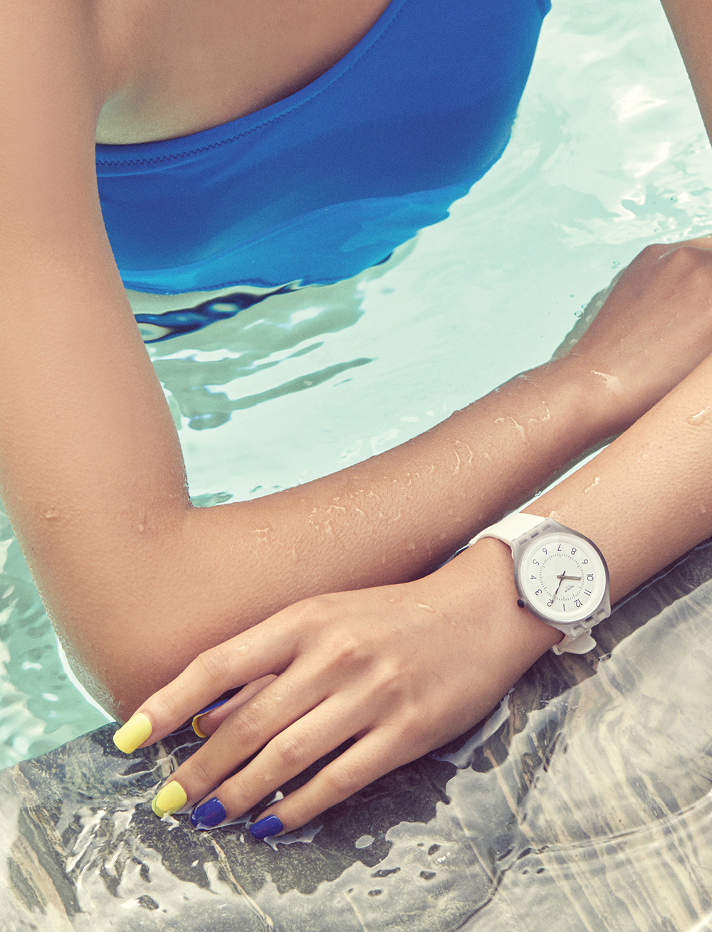 나일론 소재 수영복은 12만9천원, 데이즈데이즈.방수 기능을 갖춘 실리콘 스트랩 시계는15만4천원, 스와치(Swatch).