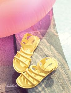 PVC 소재 젤리 샌들은 10만5천원, 멜리사(Melissa).