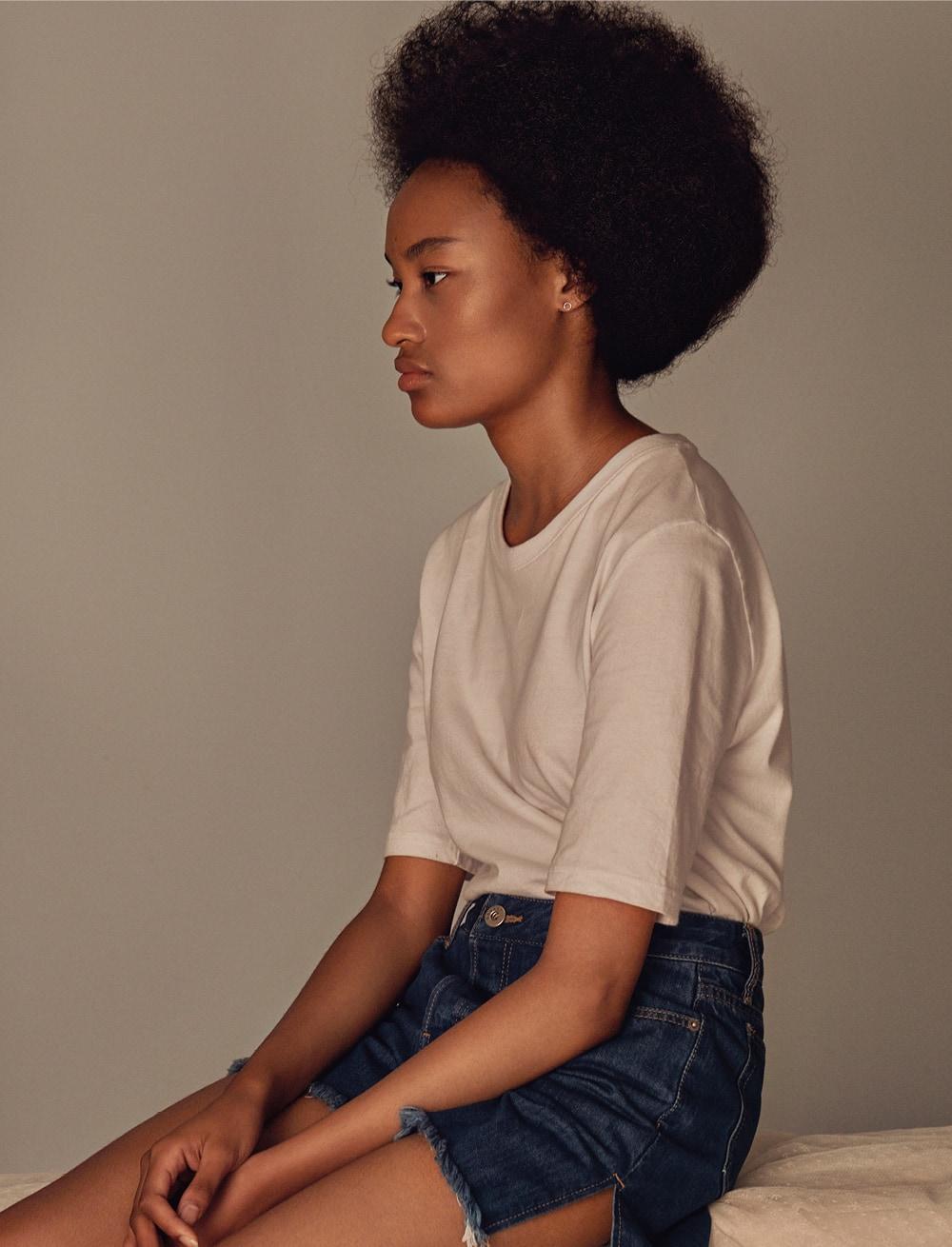 데님 쇼츠는 노앙. 귀고리는 어나더플래닛. 티셔츠는 스타일리스트 소장품.