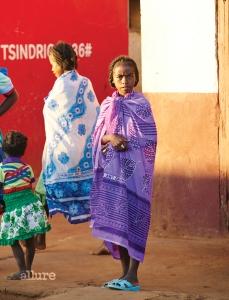마다가스카르의 바오밥 나무를 보러 가다 도로 사정이 안 좋아서 중간에 쉬었던 작은 마을. 다섯 장 찍는 동안 움직이지 않고 계속 서 있던 소녀.
