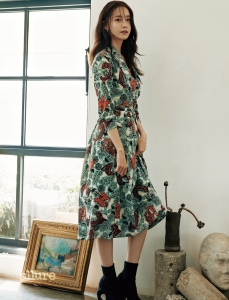 비스트 컬렉션의 실크 소재 랩 드레스, 앵클 부츠는 모두 버버리.