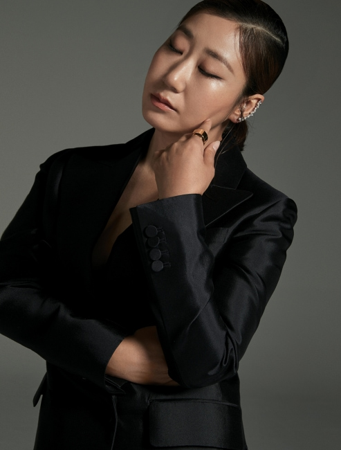블랙 슈트는 김서룡(Kimseoryong). 이어커프와 골드 소재 반지는 바이가미(Bygami).