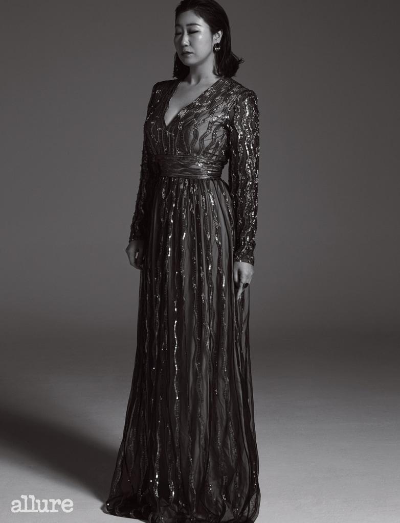 골드 스팽글 드레스는 에스카다. 반지는 바이가미.