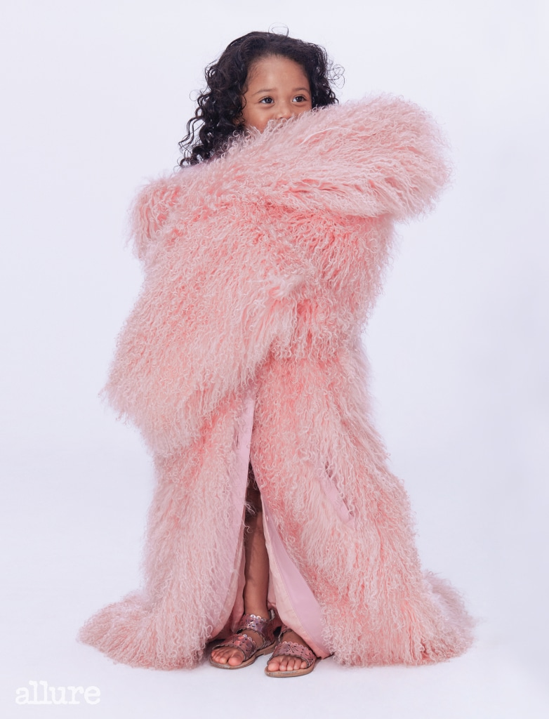 양가죽과 양털 소재 코트는 모두 니나 리치 컬렉션(Nina Ricci Collection).