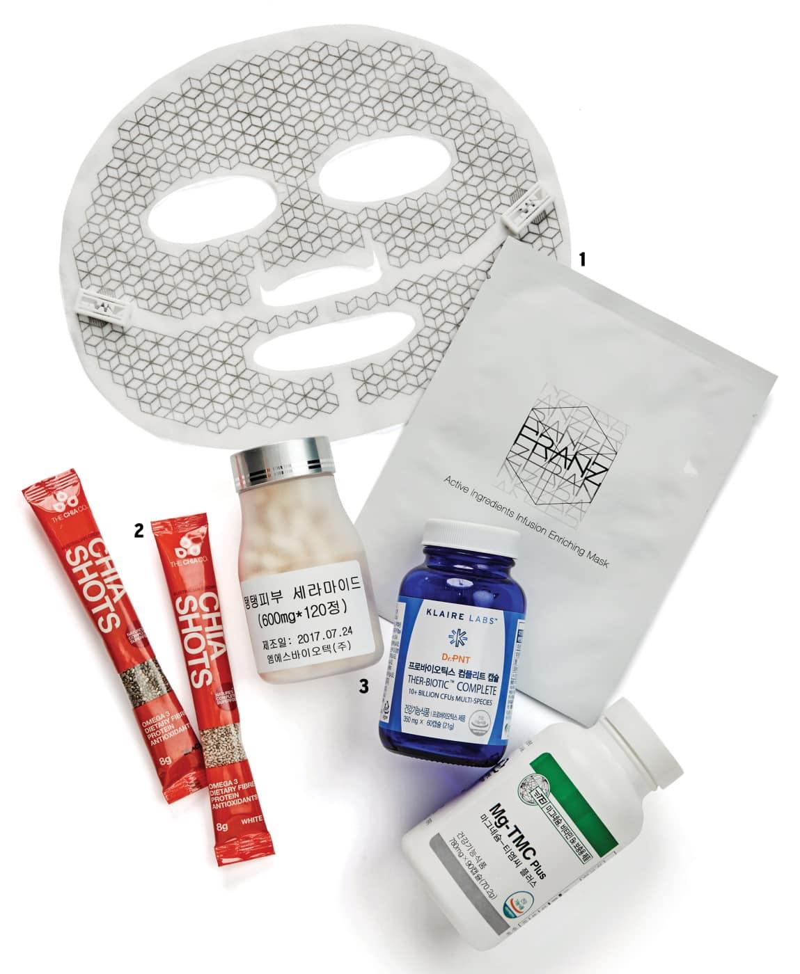 안지현의 동안 필수품 1 시트 마스크 화장품을 많이 사용하지 않지만, 특별히 피부 관리를 해야 할 때는 시트 마스크의 도움을 받아요. 제품 테스트 요청을 많이 받는데, 우연히 사용해보고 그 효과에 놀랐던 제품인 프란츠의 마스크예요. 얼굴에 미세 전류가 흐르게 해서 피부 진피층까지 영양분이 흡수되게 해요. 2 치아 시드 매일 아침 눈을 뜨면 식이 섬유가 풍부한 치아 시드를 요거트에 섞어서 먹어요. 배변이 원활해질 뿐 아니라, 항염증 성분을 함유하고 있어 노화 방지에도 효과적이에요. 3 마그네슘제 비슷한 양의 음식을 먹어도 나이가 들수록 더 쉽게 살이 찌는 것은 신진대사가 떨어지기 때문이에요. 마그네슘은 우리 몸에 꼭 필요한 무기질의 하나로 신진대사를 높여주는 역할을 해요. 40대 이상은 반드시 복용해야 할 이너뷰티 제품이죠.