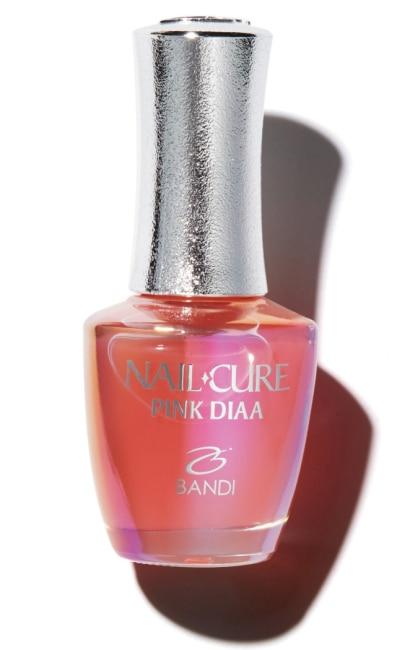 반디의 핑크다이아 비타민 A, E, C가 풍부한 핑크 다이아몬드 성분이 네일 조직의 결합을 강화해 꾸준히 사용하면 겹겹이 얇아진 손톱이 튼튼해진다. 14ml 6만원.
