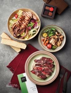 우버이츠 앱으로 주문한 라망 드 셰프 레스토랑의 오징어 샐러드, 살치살 스테이크. 삐아프의 4구 초콜릿 봉봉, 10구 초콜릿 봉봉. 그릇은 모두 덴비.