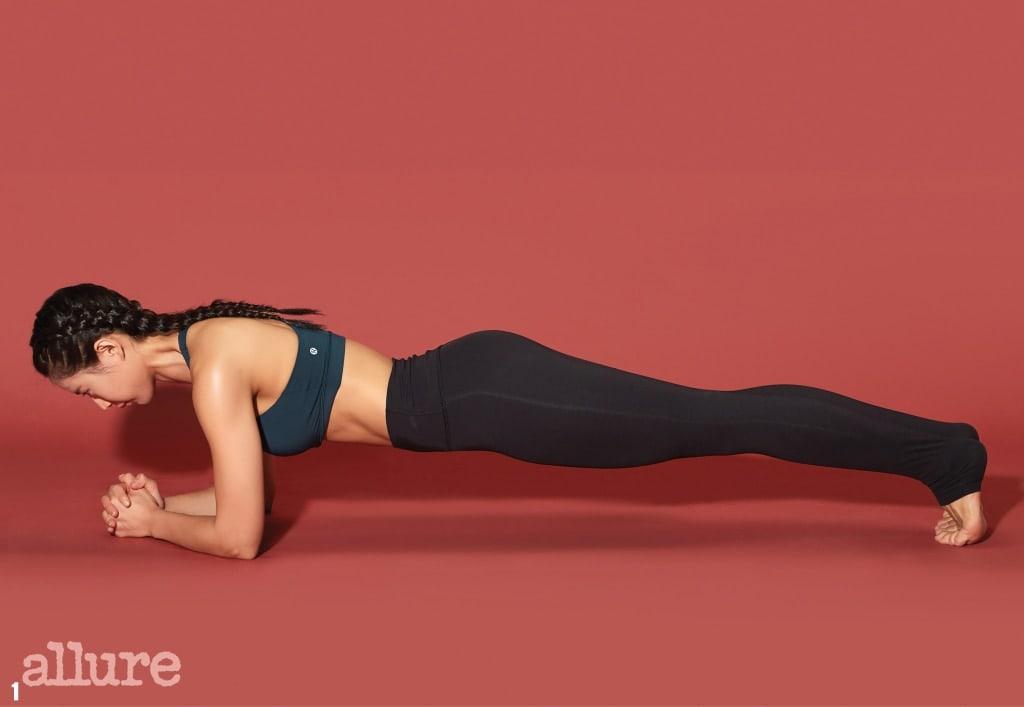 1 양손을 깍지 낀 상태에서 어깨와 팔꿈치가 바닥과 수직을 이루도록 엎드린다. 머리부터 발끝까지 일직선이 되도록 엉덩이와 복부에 힘을 준다.