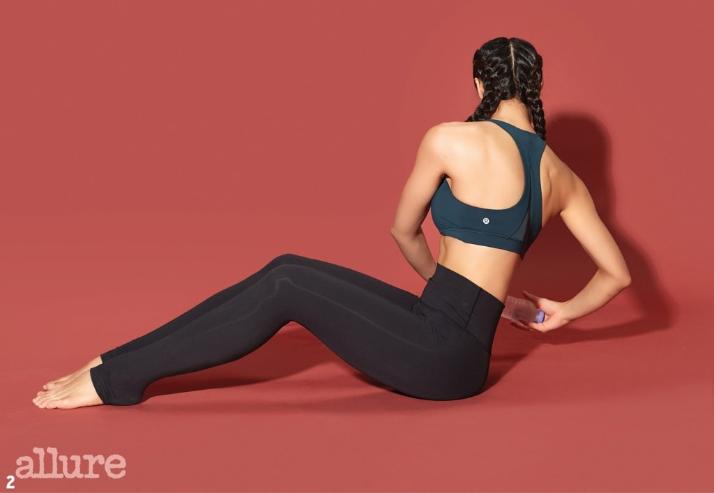 2 배에 긴장감을 유지한 상태에서 양쪽으로 몸을 최대한 비튼다.