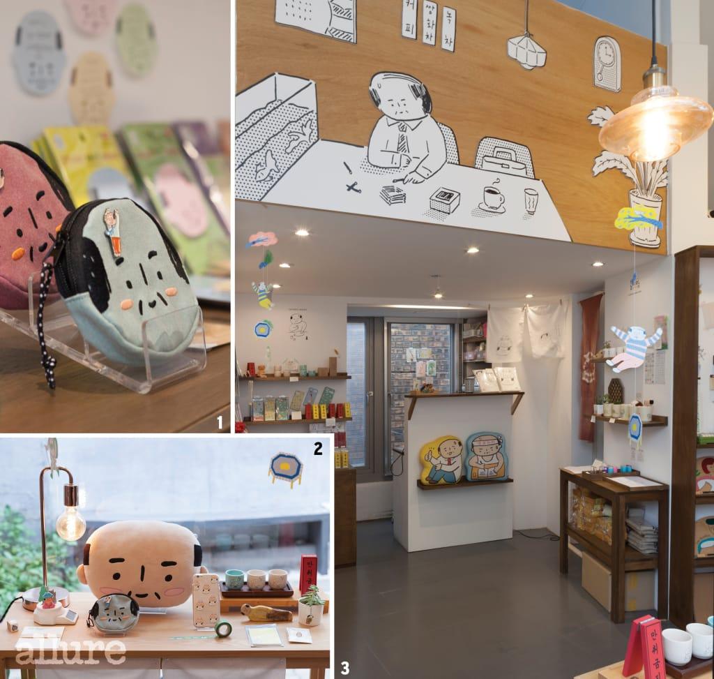 1 아자씨(Ajassi)의 얼굴을 형상화한 동전 지갑. 2 쿠션, 핸드폰 케이스 등 다양한 소품을 만날 수 있다. 3 외근 나와서 딴짓하는 아저씨를 모티브로 한 그림이 크게 그려져 있는 쇼룸.