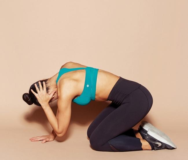 무릎을 꿇고 엎드린 자세에서 한 손으로 뒷목을 짚는다. 들어 올린 팔꿈치가 반대편 팔에 가까워지도록 최대한 몸을 웅크린다