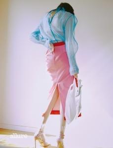 파란색 시스루 톱과 안에 입은 물방울 무늬 톱은 듀이듀이(DewE DewE), 분홍색 트임 스커트는 렉토(Recto), PVC 소재를 덧댄 새틴 힐은 오프화이트X지미 추(Off White X Jimmy Choo).
