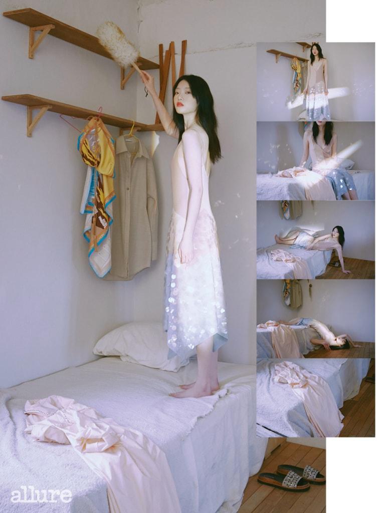 반짝이는 스팽글을 장식한 드레스, 옅은 분홍색 트렌치코트는 보테가 베네타(Bottega Veneta). 스카프 모양의 톱은 토즈(Tod's), 셔츠는 로우클래식(Low Classic).