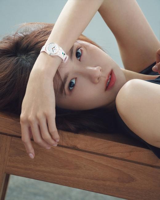 재킷은 김해김(Kimhekim). 실버 다이얼 위 반짝이는 골드 인덱스, 핑크 스트랩 위 나는 새 장식이 매력적인 시계 '앙볼르 모아'는 스와치.