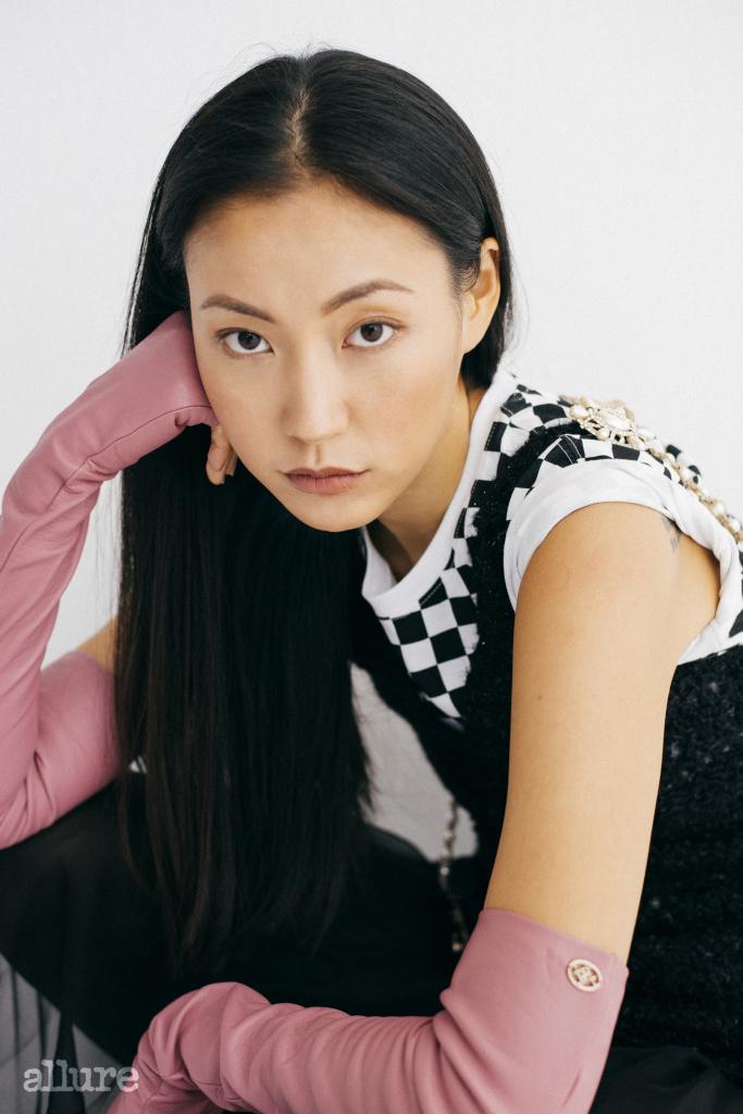 티셔츠는 반스, 원피스와 핑크 장갑은 샤넬.