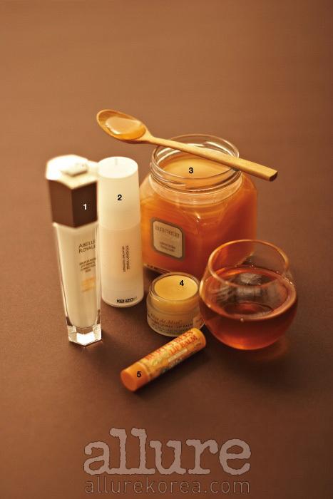 1 피부 장벽의 스트레스에 대한 내성이 2배 이상 증가한다. 겔랑 아베이 로얄 유쓰세럼 30ml18만1천원. 2 피부에 풍부한 영양 공급과 함께 플럼핑 효과를 준다. 겐조키 페이스 딜라이트 30ml8만5천원. 3 풍성한 거품과 진한 꿀 향을 선사하는 버블 배스 겸 샤워 젤로, 피부결을 매끄럽게 가꾼다. 로라 메르시에 허니 바스 300g5만2천원. 4 아카시아 꿀 성분이 트고 갈라진 입술을 재생한다. 눅스 레브 드 미엘 립밤 15ml 1만7천원. 5 벌꿀 성분이 입술을 촉촉하게 유지한다. 버츠비 허니 립밤 4.25g8천원.