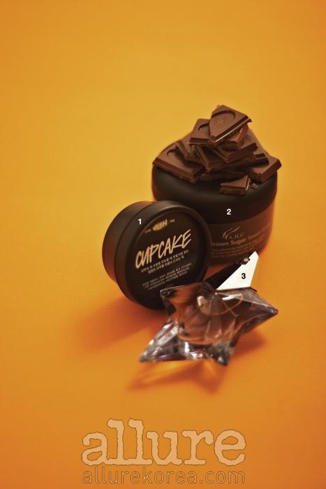1 과잉 유분을 조절해 피부를 산뜻하게 만드는 팩으로, 마치 초콜릿 컵 아이스크림을 연상시키는 모양이다. 러쉬 컵케익 50g 1만 6천 9백원. 2 피부에 불규칙하게 쌓여 있는 각질과 노폐물, 피지 등을 관리해 피부를 유연하게 가꾼다.A.H.C카카오 앤 브라운 슈가스크럽 200ml 3만5천원 .3 정원에서 즐기는 달콤한 디저트에서 영감을 얻은 향수로, 강한 향이 특징이다. 티에리뮈글러 엔젤 오 드 퍼퓸 스타스프레이 25ml12만원.