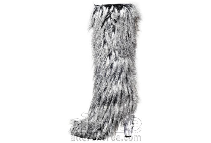 인조 모피 장식의 부츠는 가격미정, 샤넬(Chanel).