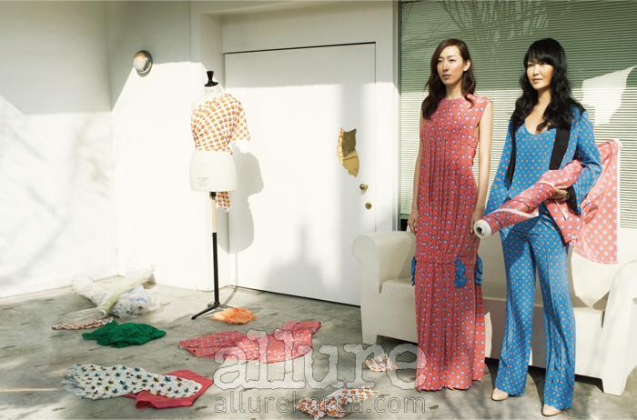 모델과 김재현이 입은 실크 소재의 별 프린트 드레스와 슈트는 모두 쟈뎅드슈에뜨(JardindeChouette).