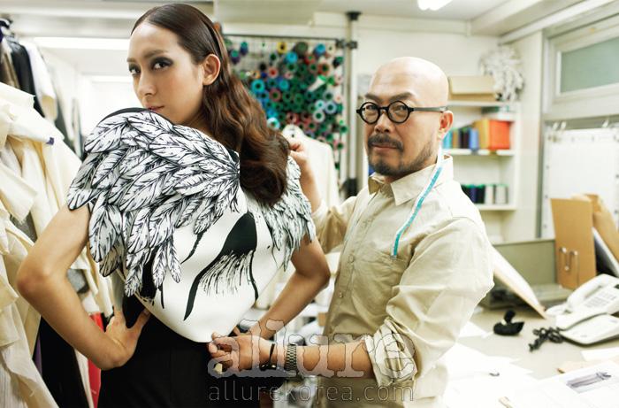 모델이 입은 날개 장식의 볼레로와 실크 원피스, 이상봉이 입은 면셔츠는 모두 이상봉 컬렉션(LieSangBongCollection).