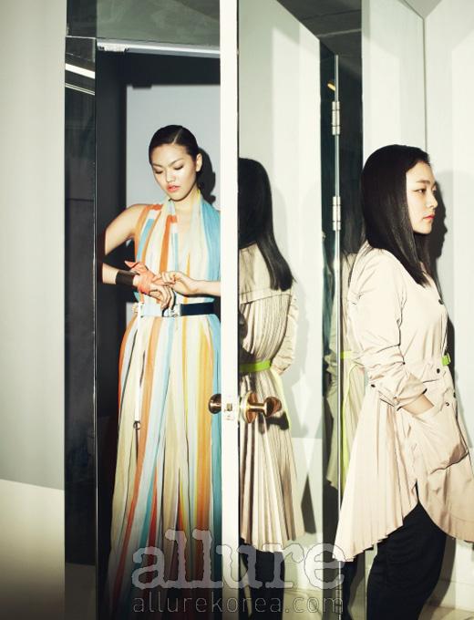 모델이 입은 시폰 소재의 맥시 드레스와 최지형이 입은 주름 장식의 트렌치코트는 모두 쟈니해잇재즈(JohnnyHatesJazz).