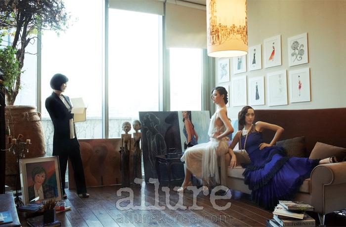 강희숙이 입은 팬츠 슈트와 실크 톱, 모델이 입은 아이보리색 시폰 드레스와 레이스 장식의 티어드 드레스, 진주목걸이, 골드 귀고리는 모두 강희숙(Kang Hee Sook). 모델이 신은 이브닝 슈즈는 모두 지니 킴(Jinny Kim).
