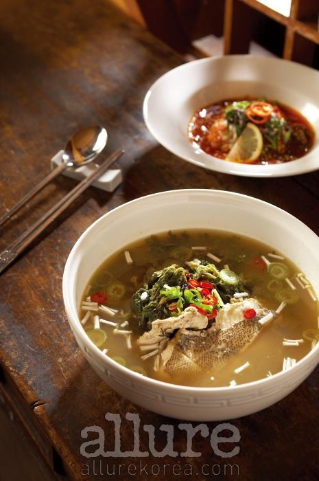 웨스틴 조선 호텔 한식당 셔블에서 정갈하게 끓여낸 도다리쑥국 한 그릇.