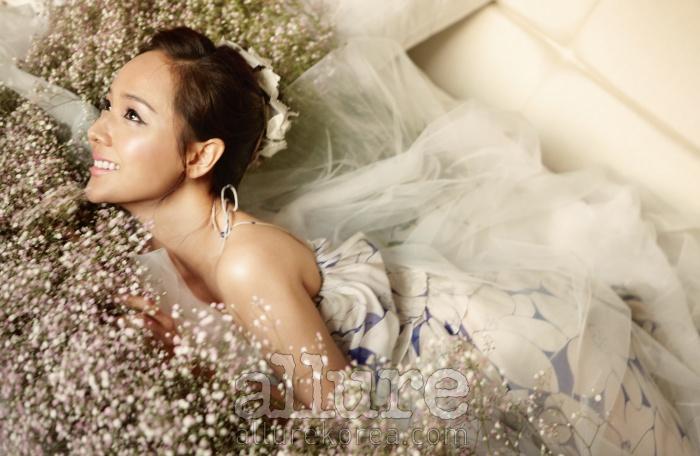 시폰 소재의 꽃무늬 드레스는 질 스튜어트(Jill Stuart). 코르사주 장식의 헤어밴드는 꼴레트 말루프(Colette Malouf). 베일은 프라마베라(Primavera).