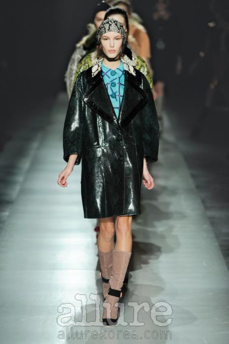 둥그스름한 코쿤 실루엣, 몬드리안 룩에서 영감 받은 1960년대 스타일, 화려한 컬러를 입은 뱀피 소재까지, 프라다 컬렉션은 이번 가을/겨울 시즌의 트렌드 집합소다.
