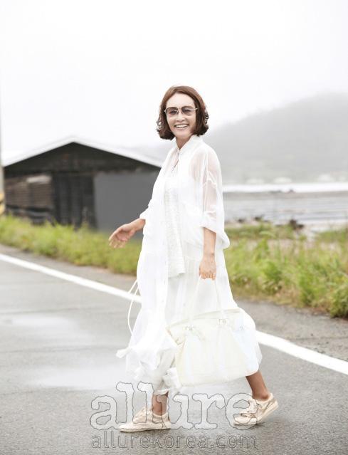 흰색 드레스와 가방, 스팽글 운동화는 미스지컬렉션(Miss Gee Collection), 선글라스는 아이씨베를린(Ic! Berlin).