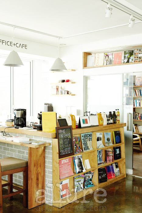 미디어아트 기획사의 사무실이자, 카페이며, 아티스트를 위한 작업실이기도 한 더 미디엄은 단독주택을 개조해서 만들었다. 주거와 예술이 자연스럽게 만나는 연희동의 특성이 이 공간에 담겨 있다.