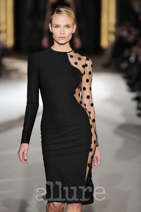살갗이 비치는 시스루 장식은 허리와 다리, 쇄골 등 여성성을 드러내는 신체 부위와 만났을 때 여자의 관능미를 최고조로 끌어올린다.