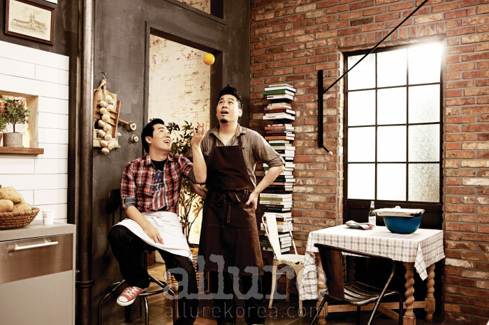 왼쪽이 보나세라의 샘 킴 셰프, 오른쪽이 시리얼 구어메의 레이먼 킴 셰프다. 함께 요리할 운명일 거라고는 꿈에도 생각하지 못했던 두 사람은 한 부엌을 나눠 쓰며 '좋은 사이'가 되었다.