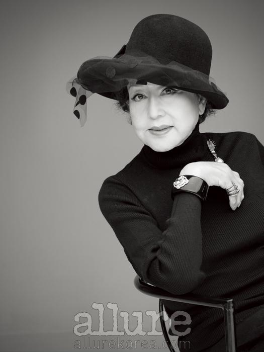 스웨터와 모자는 스타일리스트 소장품. 반지와 브로치는 세인트 에띠엔느(St. Etienne). 팔찌는 미리암 살랏(Miriam Salat).