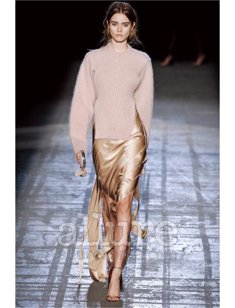 새틴 드레스 위에 담담하게 걸친 니트 스웨터. 멋내지 않은 듯 멋스러운 이브닝 룩이란 바로 이런 것.