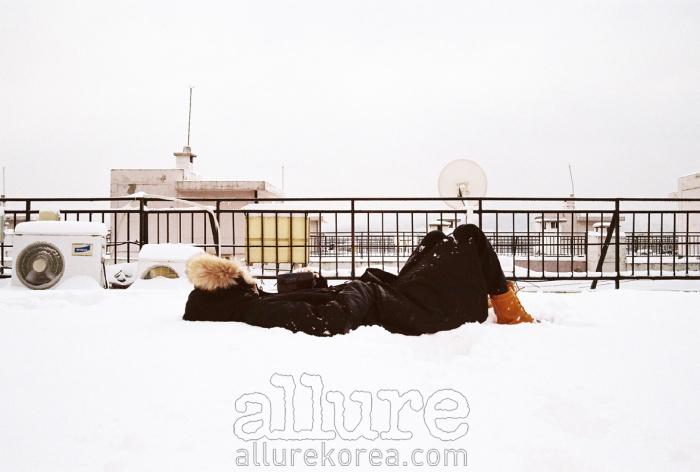 2010년 1월, 그의 아파트 옥상 | 보고 싶은 사람이 생겨 아침 일찍 카메라를 들고 꽁꽁 언 발로 찾아갔다. 그 사람의 아파트 옥상에 한참을 누워 있었다. - 하시시박(사진작가)