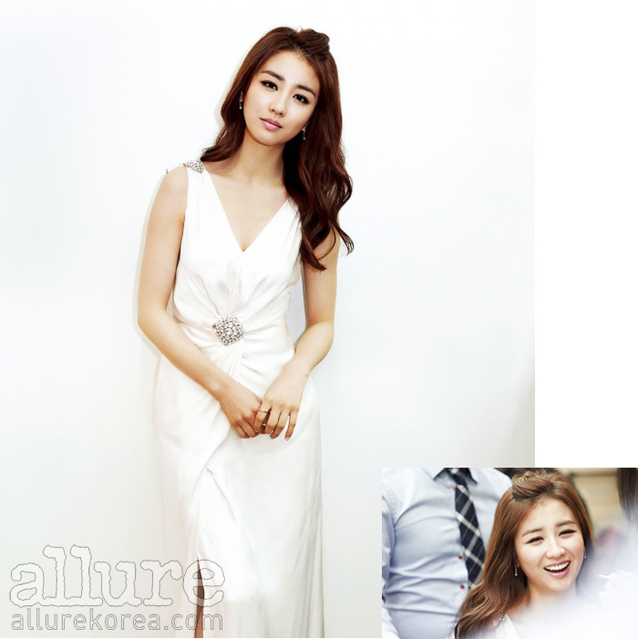 드레스는 케이수 바이 김연주(Kayesu by Kim Yeon Ju). 귀고리는 렉스 다이아몬드(Rex Diamond).