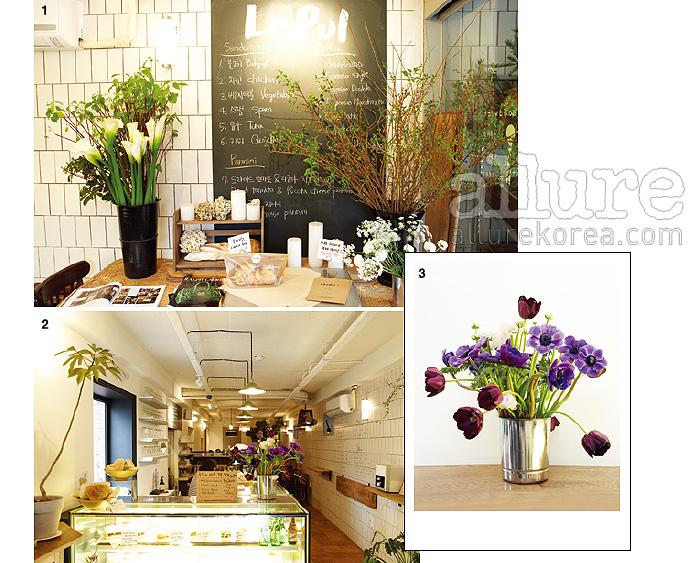 1. 향초와 꽃을 올려놓은 테이블과 메뉴를 적어놓은 보드판. 2. 은은한 조명과 화사한 꽃 덕분에 기분까지 좋아지는 공간. 3. 르풀이 추천하는 튤립과 러넌큘러스