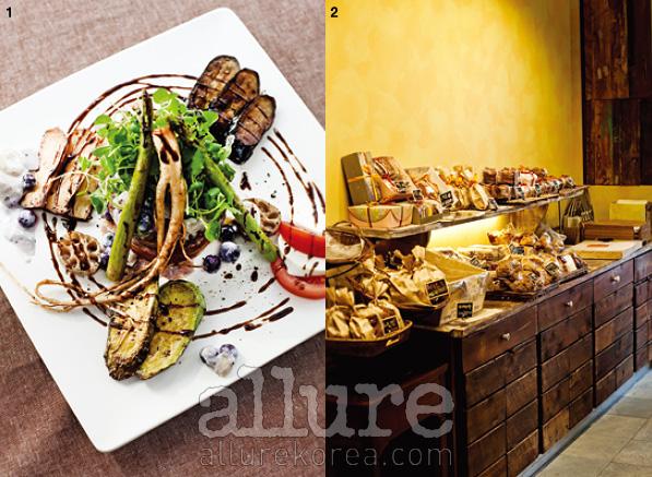 1. 베리를 이용해 만든 스테이크 소스는 함께 곁들인 야채와 잘 어우러지며 풍족한 식감을 선사한다. 2. 보물 같은 제과로 가득한 레삐도르의 진열대.