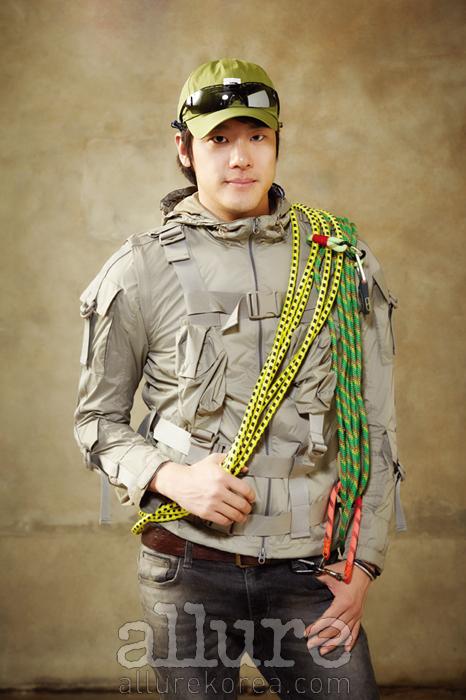 점퍼는 코오롱 스포츠(Kolon Sport), 선글라스와 모자는 노스페이스(North Face)