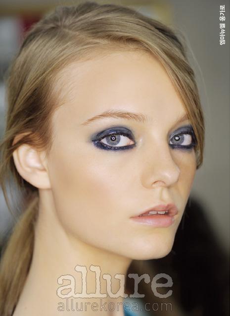 여성스러운 눈매를 표현하려면 블루 아이라이너로 선명하게 눈의 라인만 그리는 것보다는아이섀도를 스모키처럼 번지듯 바르고 눈두덩 중앙은 살짝 펄감을 준다. 그런 다음 눈썹은 연한 갈색으로 그린다.