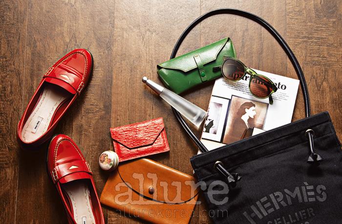 (왼쪽부터) 로퍼는 미우 미우. 지갑과 껌통은 편집숍에서 구입한 것.명함지갑은 니나 리치(Nina Ricci). 향수는 이세이 미야케(IsseyMiyake). 선글라스 지갑은 바니스 뉴욕(Barney's Newyork).선글라스는 슈퍼 선글라스. 라이프스타일 매거진 .숄더백은 에르메스.
