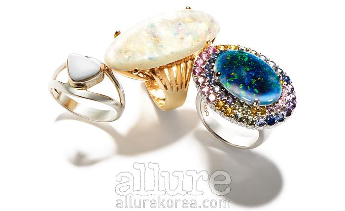 (왼쪽부터) 오팔 장식의 실버 반지는 8만원대, 라리마. 오팔 장식의 빈티지 반지는 가격미정, 제이미앤벨(Jamie&Bell). 오팔 장식의 18K 화이트골드 반지는 3백20만원대, 레쿠.