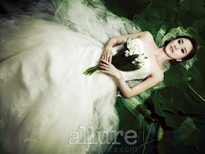 드레스는 데카다 바이 프로노비아스 (Decada by Pronovias). 귀고리와 반지는 모두 렉스 다이아몬드(Rex Diamond).