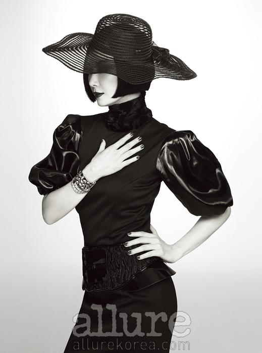 드레스와 벨트는 펜디(Fendi). 팔찌와 시계는 불가리(Bulgari). 모자는 카오리(Kaori).
