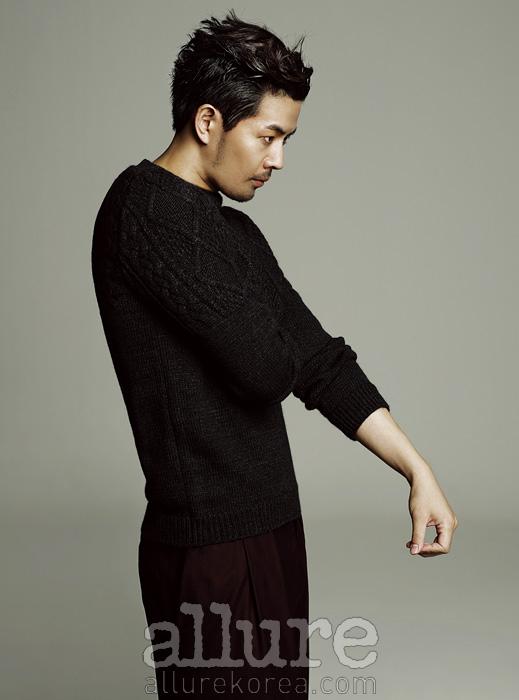 스웨터와 팬츠는 우영미(WooYoungMi).