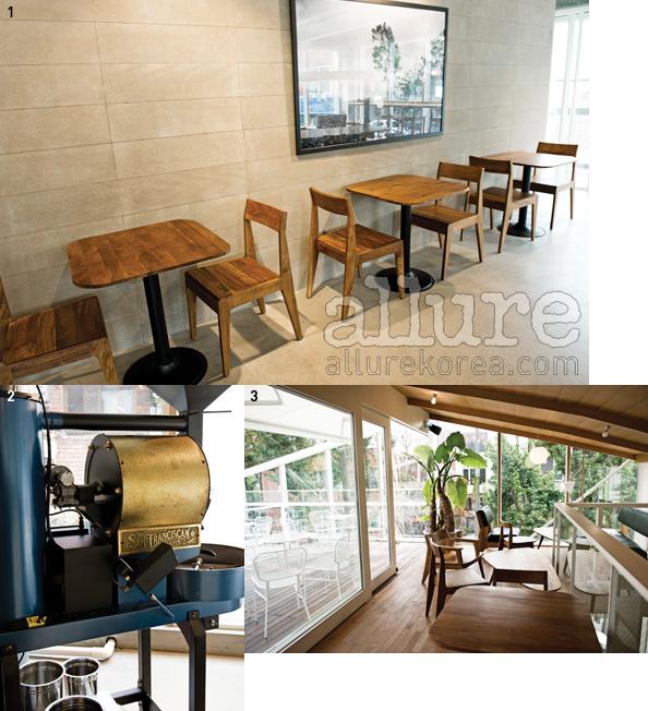 1 매터앤매터의 의자와 테이블로꾸며진 2층 공간. 2 하와이안코나커피를 만들어내는 로스팅기계. 3 따뜻한 오후시간에 가장인기가 좋은 3층의 테라스.