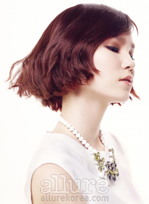 흰색 원피스와 목걸이는모두 SJ SJ.